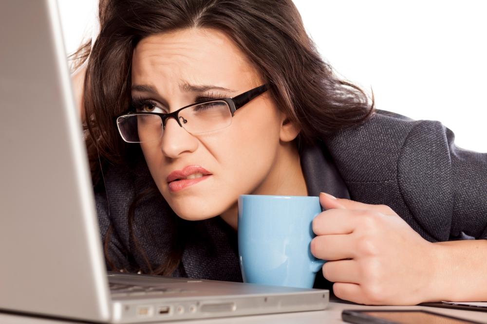 woman-squinting-at-screen